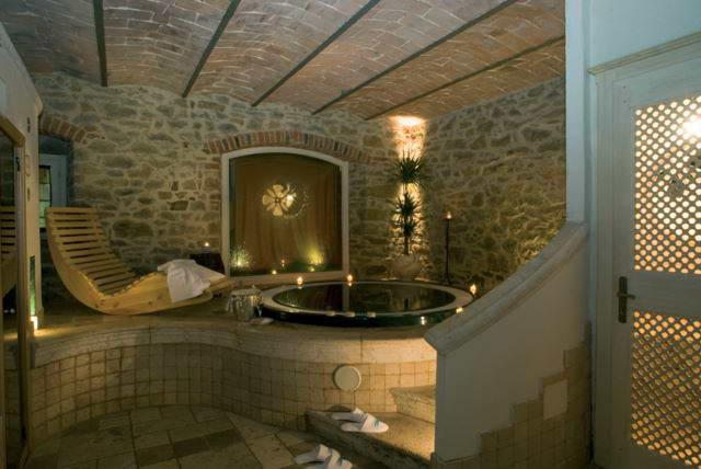 una suggestiva sala da bagno in pietra