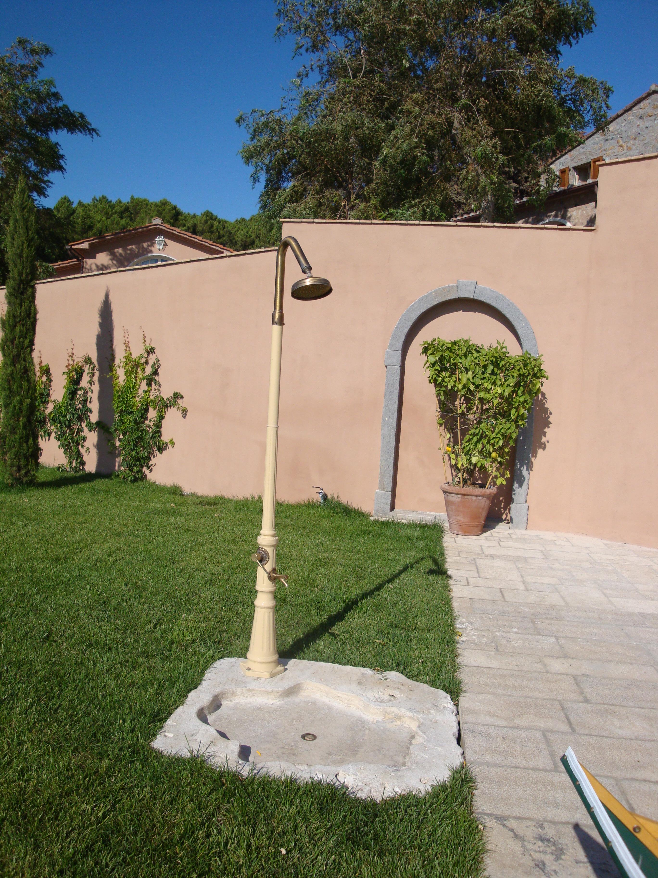 August and the afternoon garden house lazzerini - Doccia da giardino con serbatoio ...