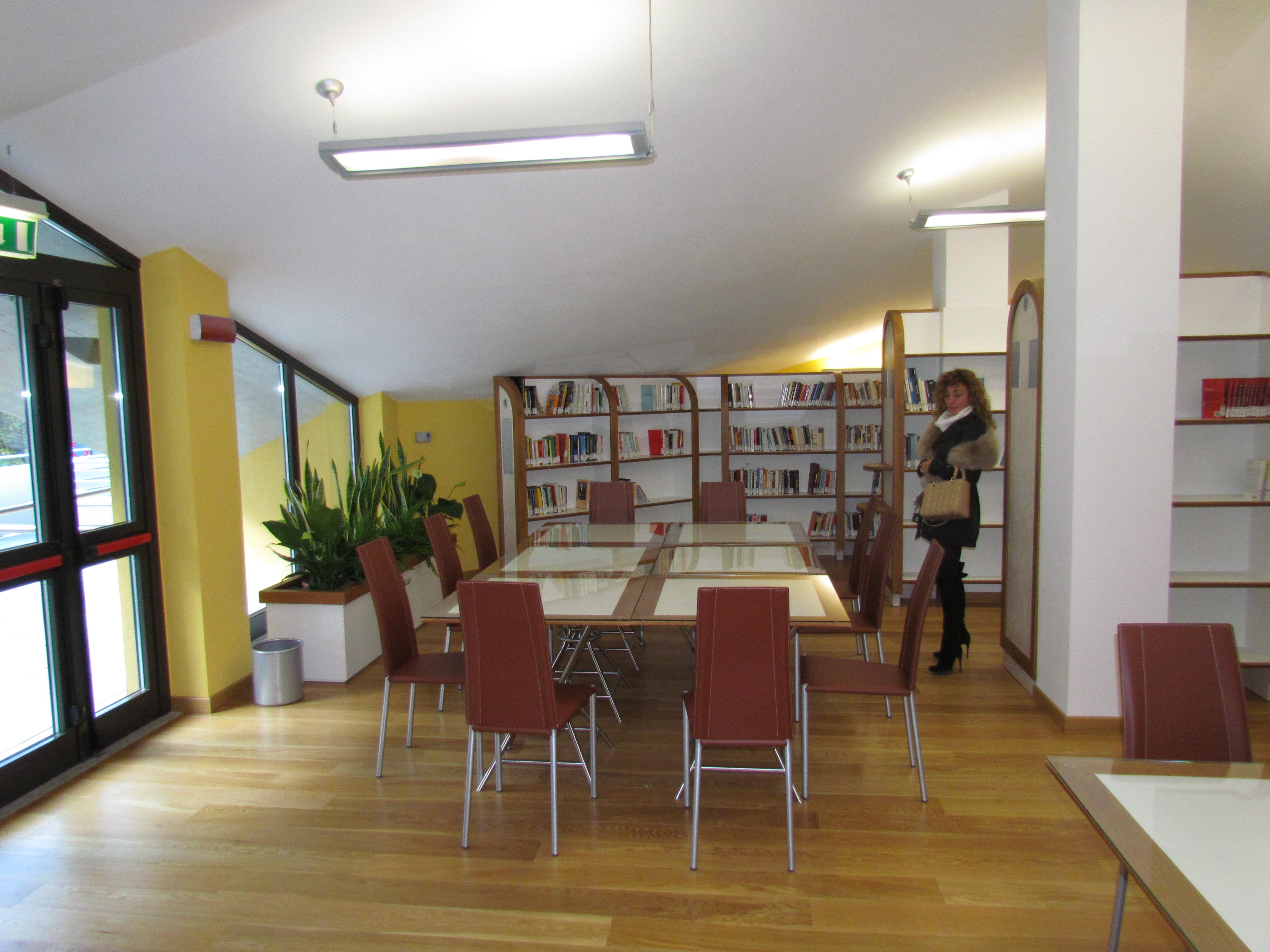 Biblioteca aosta arredo garden house lazzerini for Arredo garden