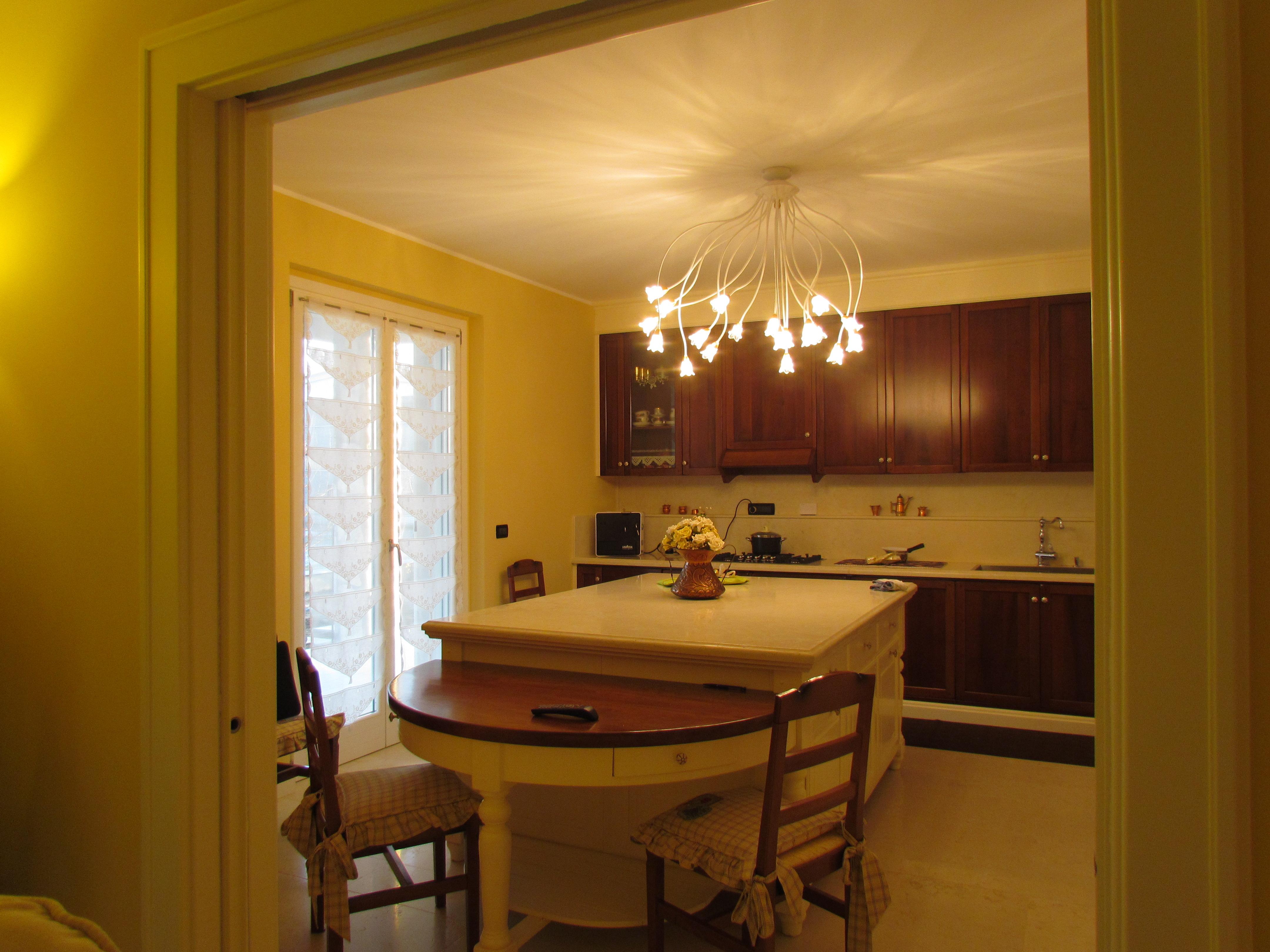 Dalla Sala Da Pranzo Un'altra Apertura Ci Porta Alla Cucina #CBAA00 4320 3240 Oggetti Sala Da Pranzo